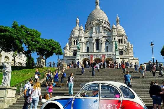 Im Kultauto Citroën 2CV durch Paris