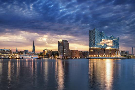 Bienvenue dans le nouveau temple de la musique à Hambourg: l'Elbphilharmonie. Les places de concert y sont très convoitées. Nous nous en sommes procuré pour vous, réservez sans tarder!