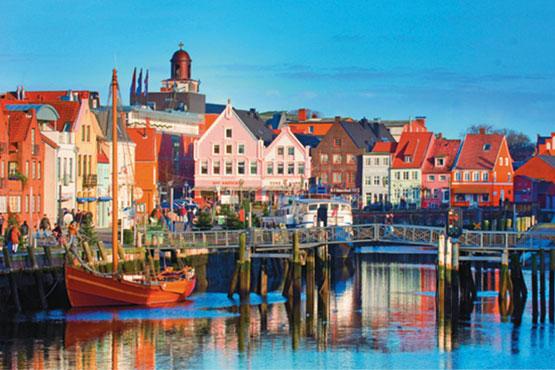 Nordfriesland ist ein flaches, weites Land, durchzogen von schmalen Kanälen, geschützt durch Deiche, von Horizont zu Horizont.